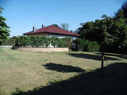 Kleines Wohnhaus mit großem Grundstück und Terrasse. Für 1- 2 Personen!