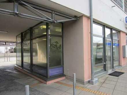 Büroeinheit im Erdgeschoss mit großen Schaufensterflächen