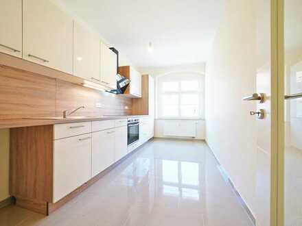 Erstbezug nach hochwertiger Sanierg. * Balkon * neue EBK * Bad mit Fenster * ruhige & grüne Lage *