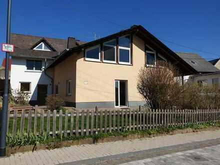 Haushälfte in schöner ruhiger Lage mit Terrasse und Rasenplatz