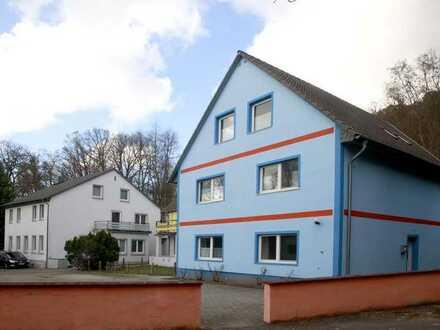 Gastronomie + Pension genehmigt - 3 Gebäude-WGH-Objekt auf naturnahem Areal in Alleinlage.