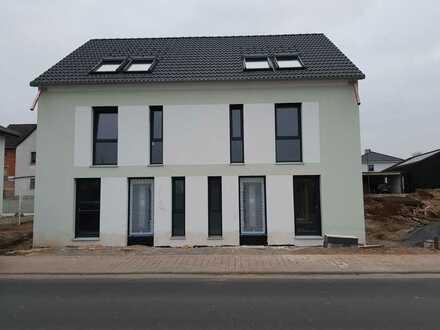 Erstbezug: familienfreundliche Doppelhaushälfte mit fünf Zimmern in Wörth am Main