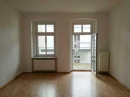 Schöne 2 Raumwohnung mit Parkett, Einbauküche und Balkon