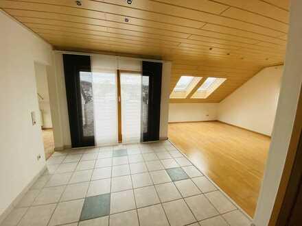 Sonnige Dachgeschosswohnung mit zweieinhalb Zimmern sowie Balkon und EBK, zentral in Steinheim a. A.