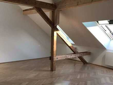 Charmante Dachgeschosswohnung mit Galerieebene und Panoramaverglasung