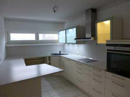 Sanierte 2-Raum-Wohnung mit Balkon, neues Duschbad, Garten, Stellplatz und Einbauküche