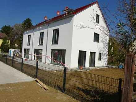 ERSTBEZUG: Helles KfW40-Reihenmittelhaus in ruhiger Lage in München-Lochhausen sucht Euch