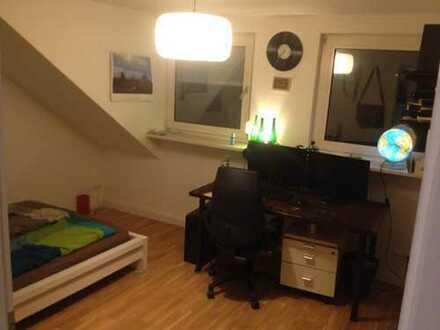 Zimmer in Dachgeschoss WG, Obergießing (Großes Wohnzimmer + Balkon)