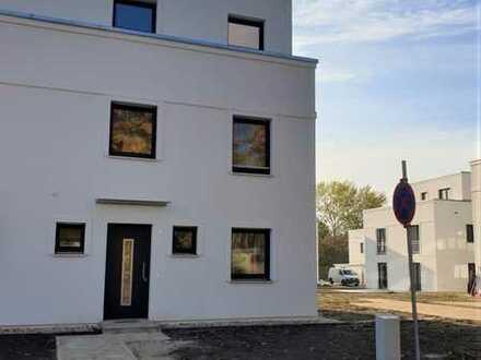 ERSTBEZUG Miete DHH als Townhouse, Studio, Dachterrasse, Keller, ges. 201 m², EBK, 5 Zi.