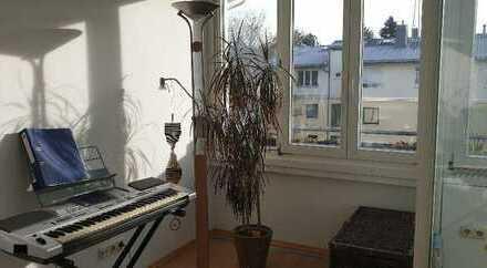 Zimmer in sehr schöner Dachgeschosswohnung in Solln mit Wintergarten