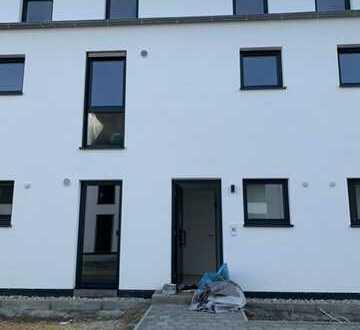 Neubau/Erstbezug, helles und modernes Reihenmittelhaus in Sinzing mit hochwertiger Ausstattung