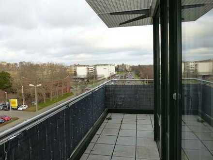 3 Zimmer Penthouse mit umlaufendem Balkon, Weitblick und neuem Bad im Elbeviertel!