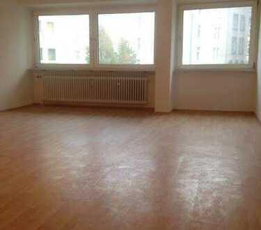 2 Zimmer Nordend, Wannenbad, EBK, Ahorn Laminat renoviert sucht neuen Bewohner.
