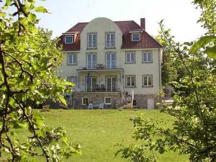 Repräsentative Dachgeschoßwohnung in exklusiver Villa