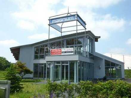 Helle Open-Space Büros mit 16 Stellplätzen nahe der A5