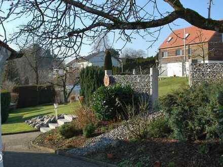 reizendes Einfamilienhaus mit Doppelgarage und großem Garten