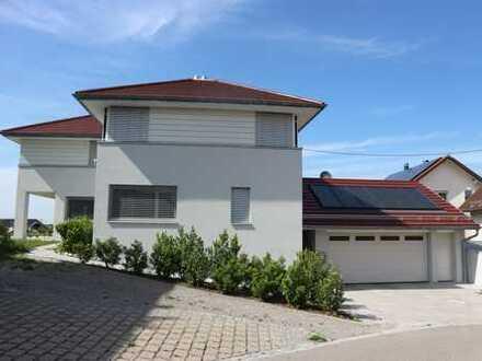 Stilvolles, modernes, freistehendes Einfamilienhaus mit Doppelgarage, Terrasse und Garten