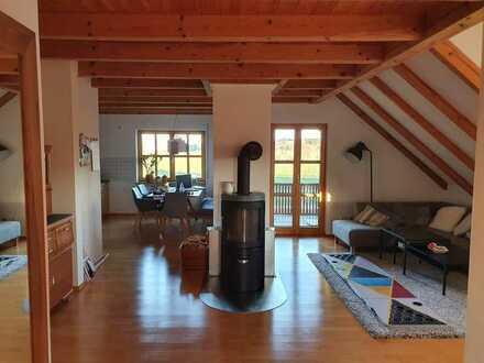 Neuwertige DG-Wohnung mit vier Zimmern sowie Balkon und Einbauküche in Berching