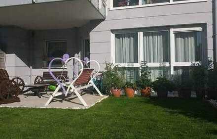 Stilvolle, neuwertige 2-Zimmer-EG-Wohnung mit Garten und Einbauküche in Frankfurt am Main