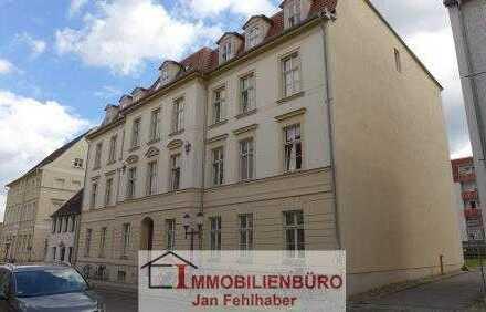WG-geeignet: Große 4-Zimmer-Altbauwohnung mit Dielen und Einbauküche im Zentrum