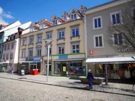 Ladengeschäft in 1-A-Lauflage mit Schaufensterfront, Fußgängerzone