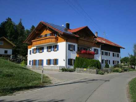 Vollständig renovierte 4-Raum-Dachgeschosswohnung mit Balkon und Einbauküche in Wertach