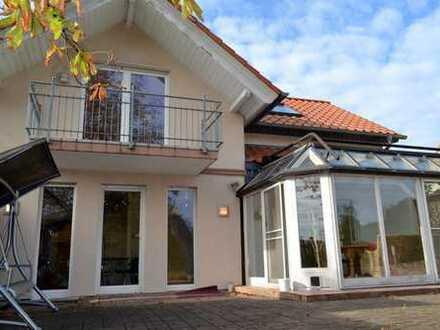 Eine Perle in Mannheim! Modernes 1-2-FH mit Wintergarten in direkter Feldrandlage.