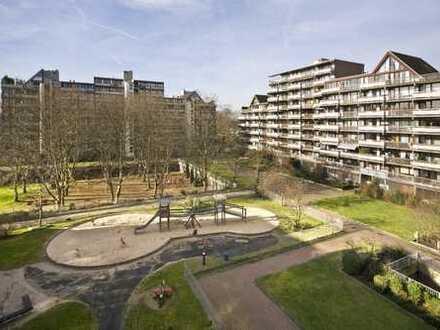 Renovierungsbedürftige Wohnung mit 2 Balkonen im 3. OG inkl. 2 Garagen in Köln-Weiden