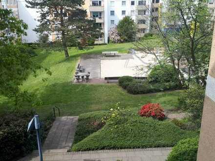 Gepflegte Wohnung mit drei Zimmern sowie Balkon und EBK in Bochum