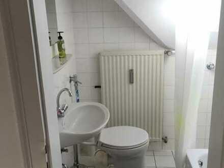 Helles, ruhiges Zimmer in DG Wohnung (eigenes Bad)
