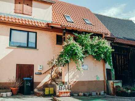 Gemütliches Einfamilienhaus mit anliegender Scheune und einer kleinen Gartenpazelle.