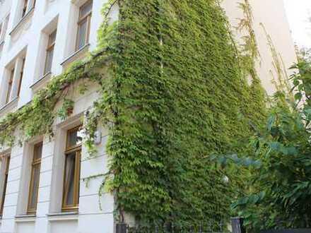 Bezugsfreie Zwei-Zimmer-Wohnung und Balkon mit viel Charme