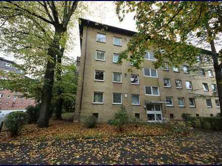 Komplett modernisierungsbedürftige 2-2/2-Zimmer-Wohnung in zentraler Lage