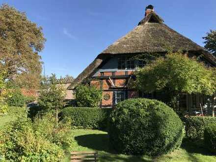 Denkmalgeschütztes Reetdachhaus mit Traumgrundstück in ruhiger Lage