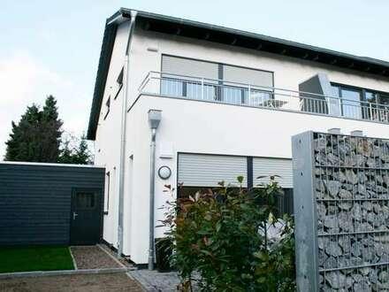Anspruchsvolles Wohnen in schicker 3 Zimmer-KfW55 Haushälfte mit pflegeleichtem Grundstück