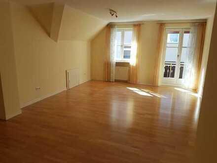 Stilvolle, gepflegte 3-Zimmer-DG-Wohnung mit Balkon und Einbauküche in Augsburg