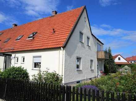 Renovierungsbedürftige Doppelhaushälfte auf großem Grundstück