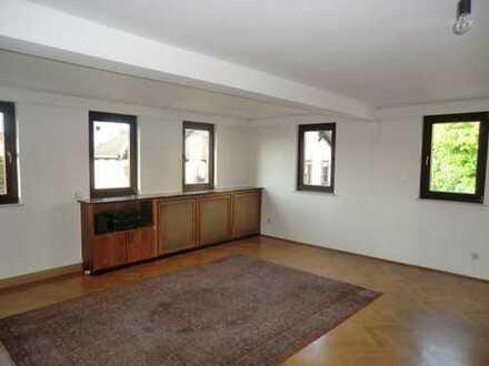 Vollständig renovierte 5-Zimmer-Wohnung mit Balkon und EBK in Neustadt bei Coburg