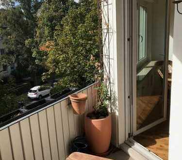 Exklusive, vollständig renovierte 4-Zimmer-Wohnung mit Balkon und EBK in Frankfurt am Main
