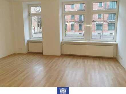 Großzügige helle Wohnung, Bad mit Wanne, offene Küche und Abstellraum!