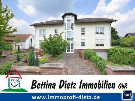 DIETZ: Freundliche 2 Zimmer Dachgeschosswohnung mit Fußbodenheizung, Einbauküche