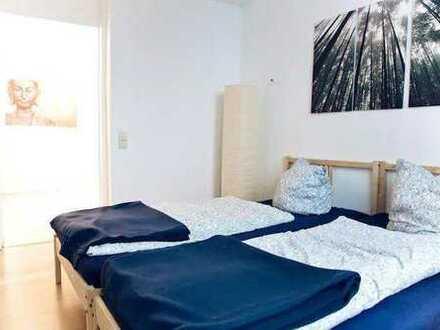 Die Wohnung hat insgesamt 77 m groß, hat 2 Zimmer, einen Flur mit Essbereich