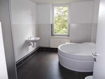 ++ 2 Räume, Mega Bad mit Wanne und Fenster ++