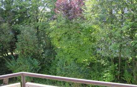 Von Privat: Sehr helle 2-Zimmerwohnung mit Balkon ins Grüne