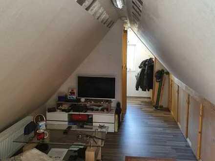 Gepflegte 2-Raum-DG-Wohnung mit Einbauküche in Rödental