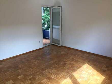 Vollständig renovierte 2,5-Zimmer-Wohnung mit Balkon und Einbauküche in Hof