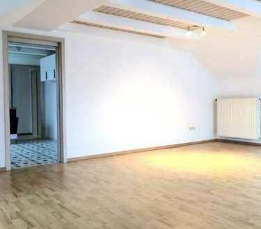 Neu renovierte 3-Zimmer-Dachgeschosswohnung mit Balkon und EBK in Kissing
