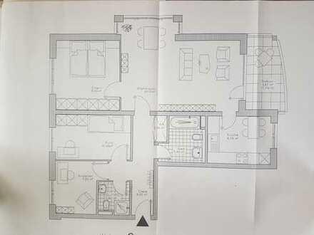 Zentrale, gepflegte 4-Zimmer Wohnung mit Balkon, 2 Bädern und Garage