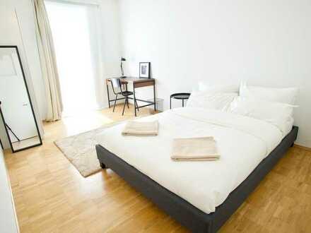 Helles Zimmer in großer Co-Living Wohnung mit Wohnzimmer und Terrasse
