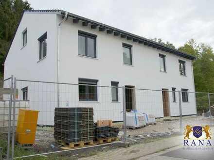 Doppelhaushälfte in idyllischer Hanglage · Naturnah · Erstbezug